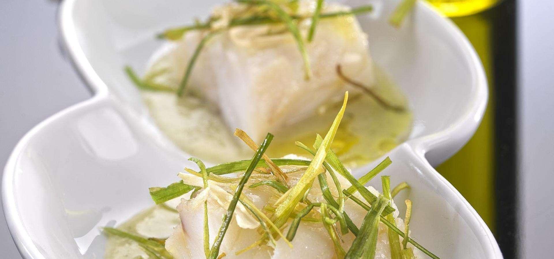 Bacalhau marinado com creme de porrusalda e alho-poró crocante