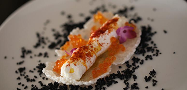Beiju com catupiry defumado e caviar de tapioca