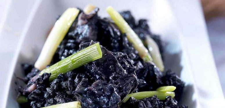 Receita de arroz negro com 'sepionet' e cebolinha fresca