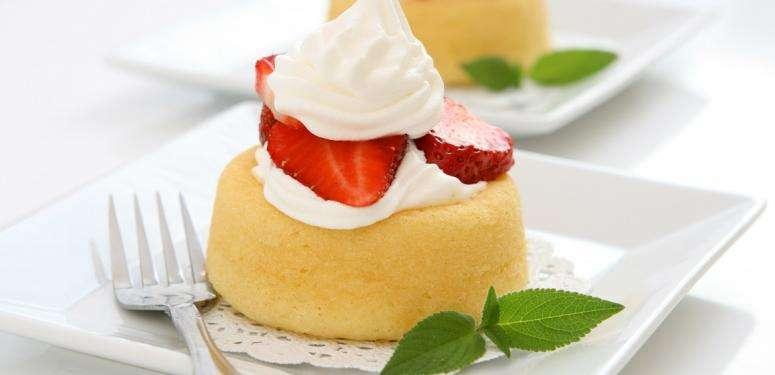 Receita de bolo de iogurte e morango de caneca