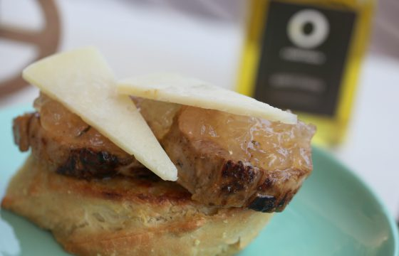 Torrada de contrafilé com cebola caramelizada e queijo