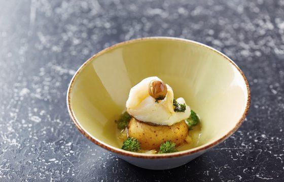Bacalhau confit com purê de ervilha e legumes braseados