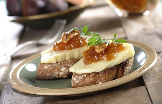 Canapé con geleia de figos, nozes e queijo Arzúa Ulloa