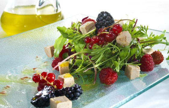Salada de 'mi cuit' de 'foie' e frutas silvestres