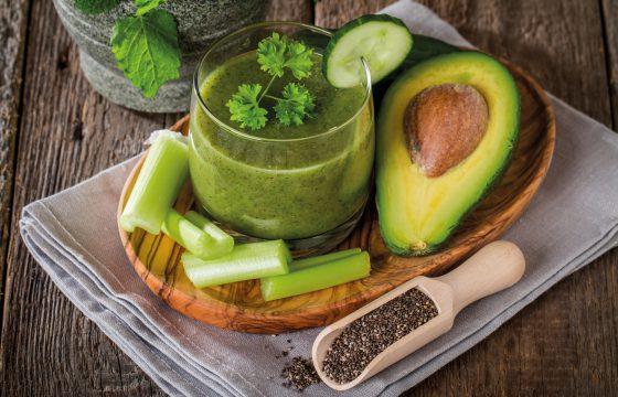 Suco detox de aipo, abacate e gengibre