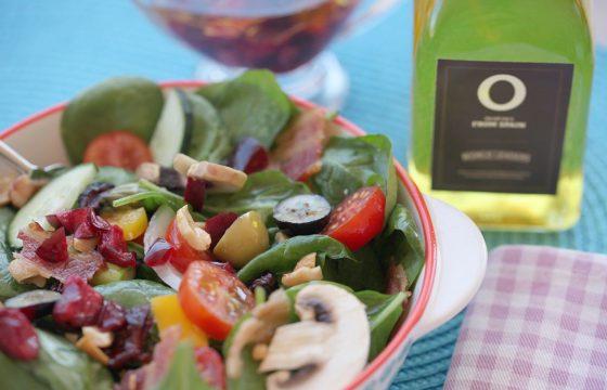Salada com vinagrete brilhante de cerejas