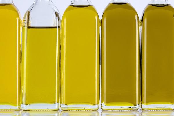 Garrafas de azeite de oliva em uma linha e tons diferentes